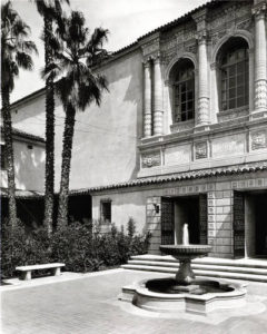 Pasadena_Public_Library_Central_branch_Courtyard_with_fountain_taken_from_the_SW